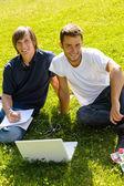 Adolescentes sentado no parque, com alunos de laptop — Fotografia Stock