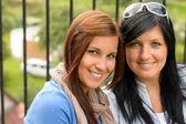 Mãe e filha sorrindo de relaxamento e de ligação — Foto Stock