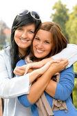 Tiener en haar moeder omarmen buitenshuis bonding — Stockfoto
