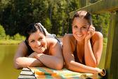 Matka i córka, opalając się na molo uśmiechający się — Zdjęcie stockowe