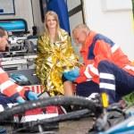 Bike accident woman emergency doctor bandage leg — Stock Photo