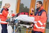 Acil durum radyo çağrı ambulans evin kapı ziyareti — Stok fotoğraf
