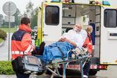 Oksijen maskesi hasta tedavi ambulans sedye — Stok fotoğraf