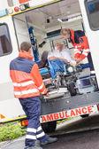 Hastanın ambulans araba yardım koyarak sağlık görevlileri — Stok fotoğraf
