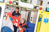 Iv kontrol sağlıkçılar hasta ambulansa süzüyoruz — Stok fotoğraf