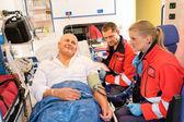 Acil araba hastanın nabzı kontrol sağlık görevlileri — Stok fotoğraf