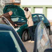 Car troubles man help woman defect vehicle — Stock fotografie