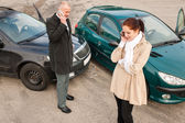 Woman and man on phone car crash — Fotografia Stock