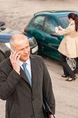 человек на телефоне после столкновения автомобилей — Стоковое фото