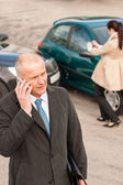 Człowiek w telefonie po kolizji samochodu — Zdjęcie stockowe