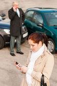 Femme appelant d'assurance après accident accident de voiture — Photo