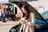Femme composant son téléphone après une panne de voiture — Photo