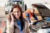 Femme parlant sur téléphone portable après la panne de voiture — Photo