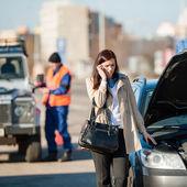 Kobieta na telefon po wypadku samochodowym — Zdjęcie stockowe