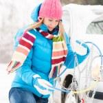 vinter bil däck snö kedjor kvinna — Stockfoto #13814361