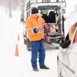 homem ajudando mulher com neve de carro quebrado — Foto Stock