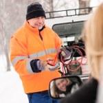 homem ajuda mulher carro avariado começando cabos — Foto Stock