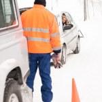 homem ajudando a neve de assistência mulher carro avaria — Foto Stock