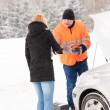 ajuda de inverno mulher handshake mecânico carro quebrado — Foto Stock