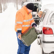 Stockfoto: Mfilling womcar gas winter assistance