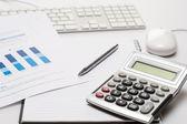 Kancelářský stůl s dodává kalkulačka pera notepad — Stock fotografie