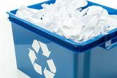 Blu scatola bin riciclaggio con spreco di carta — Foto Stock