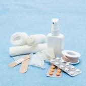 содержание аптечки первой медицинской помощи — Стоковое фото