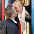 Man kissing woman goodbye train leaving romance - Stockfoto