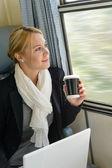 žena při pohledu z okna vlaku na cestách — Stock fotografie
