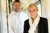 žena a muž s úsměvem postavení ve vlaku — Stock fotografie