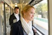 Vrouw in trein op zoek nadenkend op venster — Stockfoto