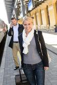Femme à l'homme du train station sur téléphone portable — Photo