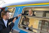 Hombre diciendo adiós a mujer en tren — Foto de Stock