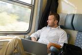 Homme à la recherche sur le portable de fenêtre de train — Photo