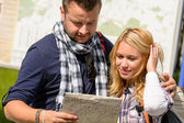 Couple looking at map on city break — Stock Photo