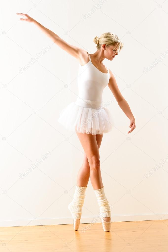 golie-balerini-s-podnyatoy-nogoy