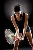 Mujer negra tenis golpea la pelota con la raqueta — Foto de Stock