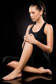 Sportieve brunette vrouw ontspannen terwijl het doen van yoga — Stockfoto