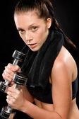 Sportif kadın boyun arkasında havlu ile egzersiz — Stok fotoğraf