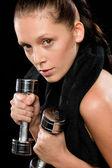 ダンベルを持ち上げる若いきれいな女性の肖像画 — ストック写真