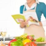 快乐的女人准备的食谱蔬菜烹饪厨房 — 图库照片