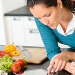 donna guardando tablet lettura verdure cucina ricetta — Foto Stock