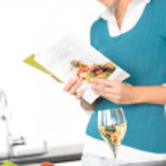 mulher lendo receita culinária salada de cozinha livro — Foto Stock