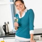 Lachende vrouw keuken drinken wijn voorbereiding van groenten — Stockfoto