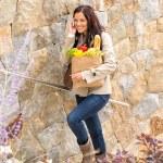 vrouw lopen van trappen gelukkig bellen van mobiele telefoon — Stockfoto