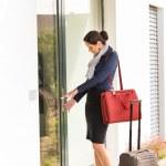 viajar bagagem deixando travamento da porta jovem empresária — Foto Stock