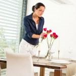 esposa de comedor la mujer decoración rosas rojas — Foto de Stock