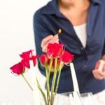 jonge vrouw verlichting kaars lunch romantische liefde — Stockfoto