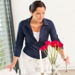 joven mujer colocando rosas tabla vela romántica — Foto de Stock