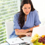 Молодая женщина рабочей ноутбук, изучая управление с помощью — Стоковое фото